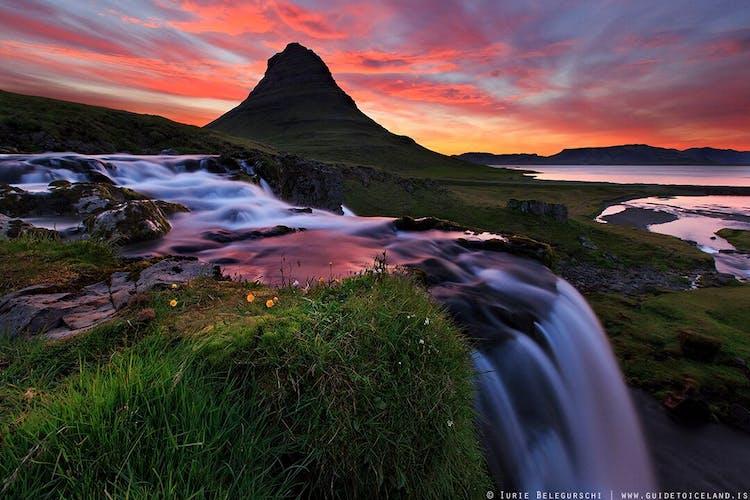 Z wodospadem na pierwszym planie, góra Kirkjufell na półwyspie Snæfellsnes jest jednym z najlepszych miejsc do fotografowania na Islandii.