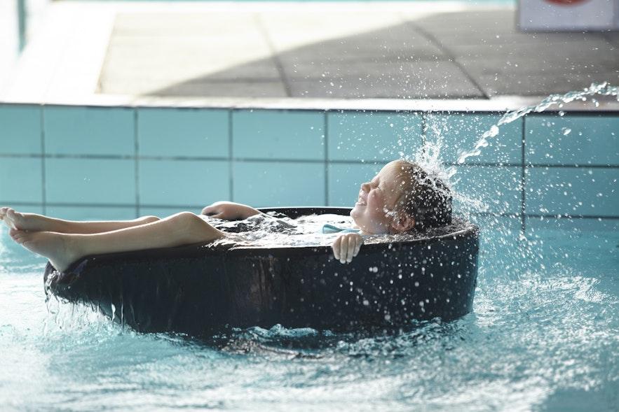 Enfant qui s'amuse dans l'eau des bains géothermaux de Fontana