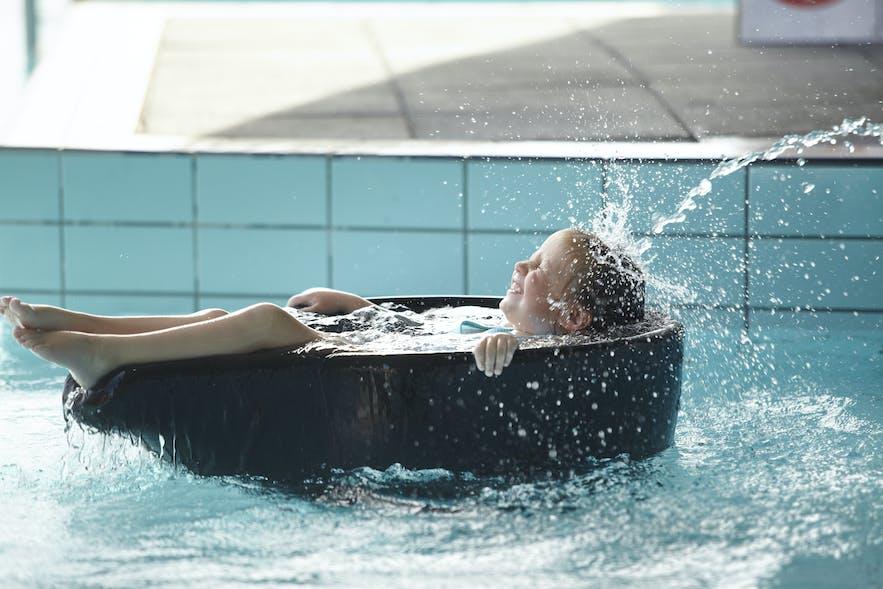 Kinderen kunnen lekker spelen in de geothermische baden van Fontana!