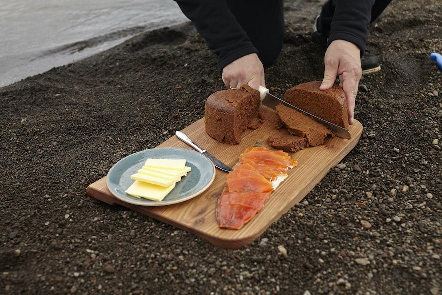 温泉で蒸したライ麦パンにサーモンの切り身を添えて