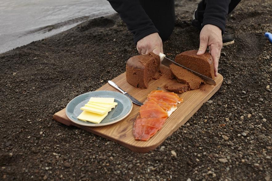 훈제연어와 함께 먹는 온천에서 구운 호밀빵