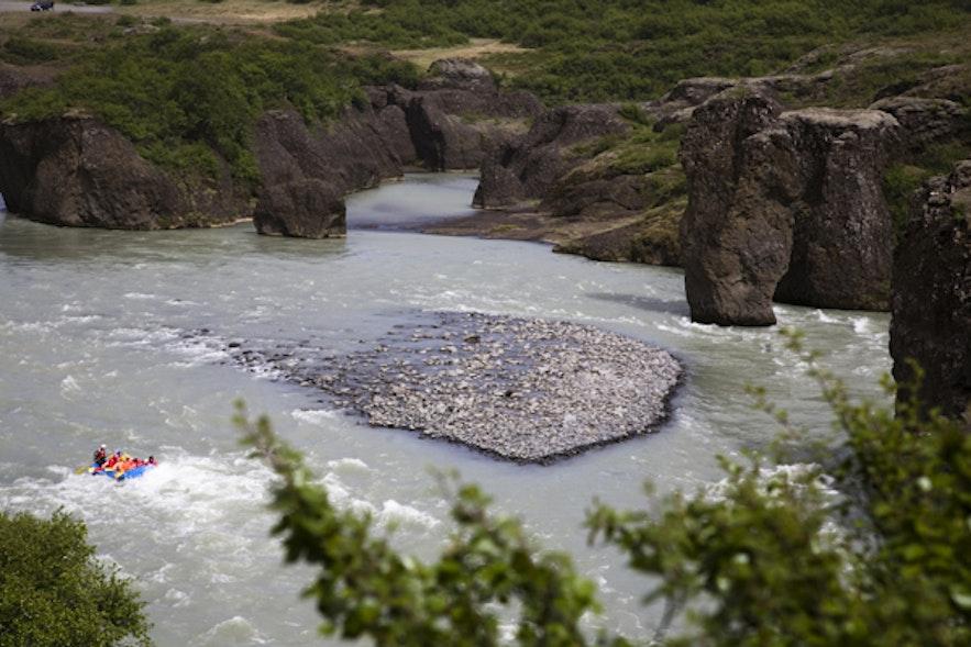 Rafting gjennom den vakre elven Hvítás juv
