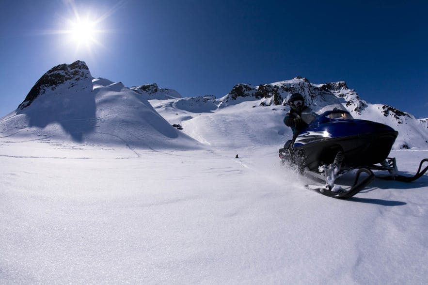 Skutery śnieżne na lodowcu Langjokull