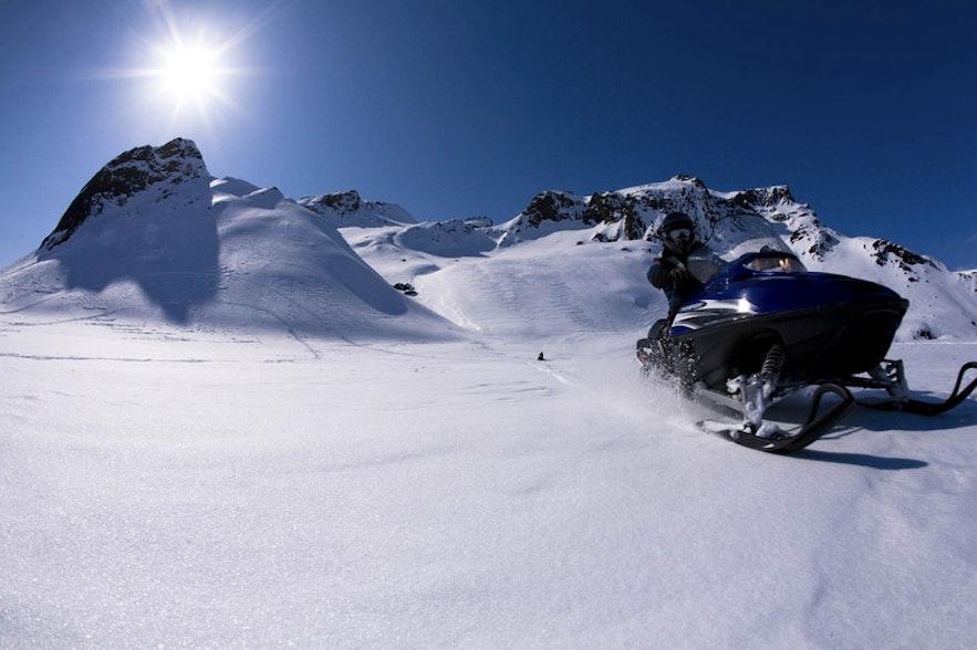 Катание на снегоходах на Лангйокудле.