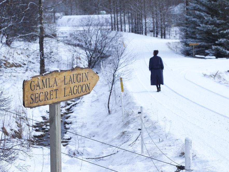 Vägen till Gamla laugin under isländsk vinter