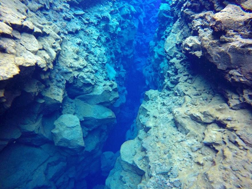 Silfra-Spalte in Thingvellir - bis zu 40 Meter tief.