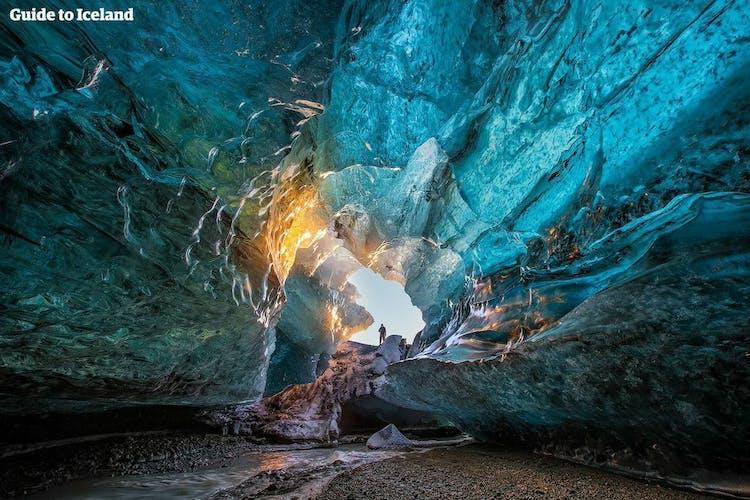 Jaskinia lodowa na Islandii to jedna z najciekawszych atrakcji dostępnych latem.