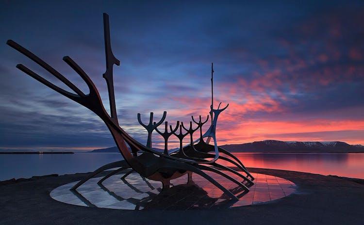 サンボイジャーという名の彫刻はレイキャビクの海岸沿いにある