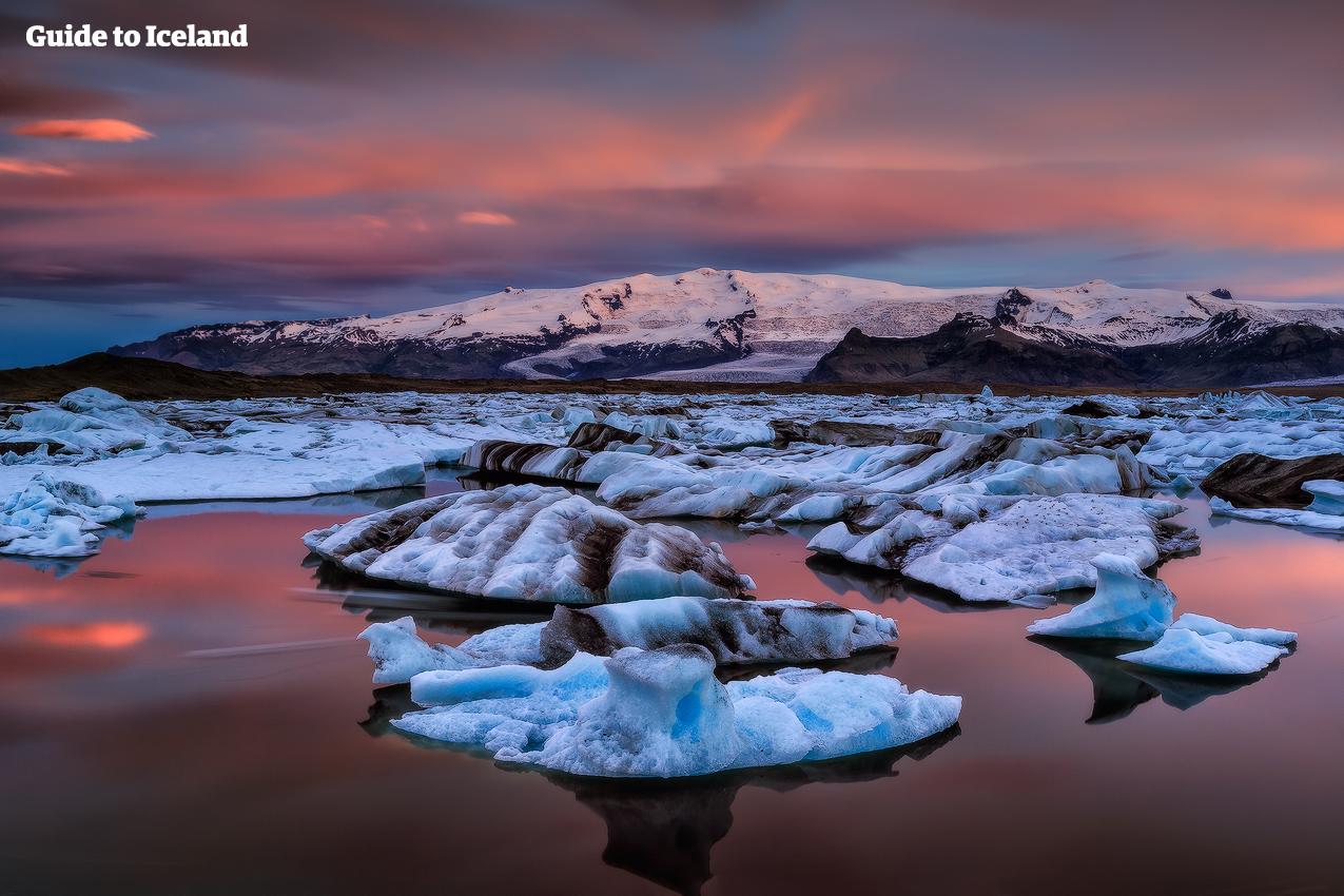 南海岸の終点地点、アイスランド南東部にあるヨークルサロン氷河湖はそのフィナーレとしてふさわしい絶景が見られる