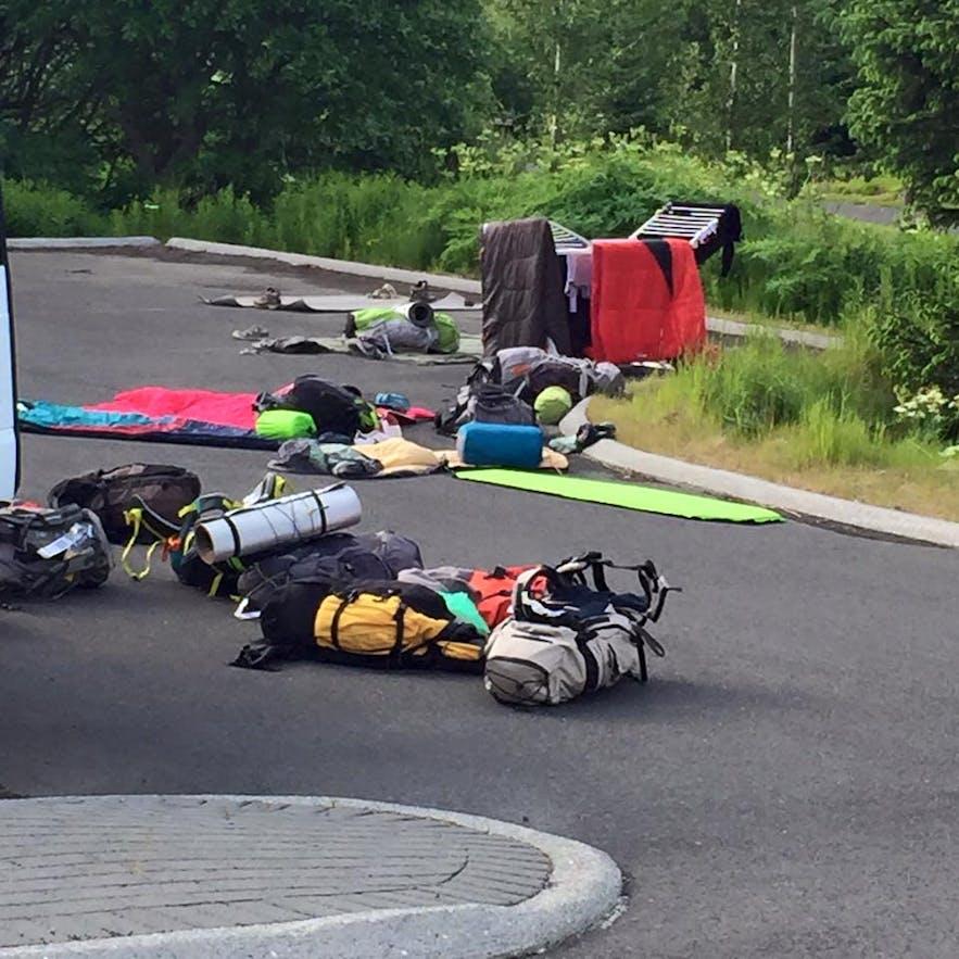 Camping fuera de una universidad islandesa