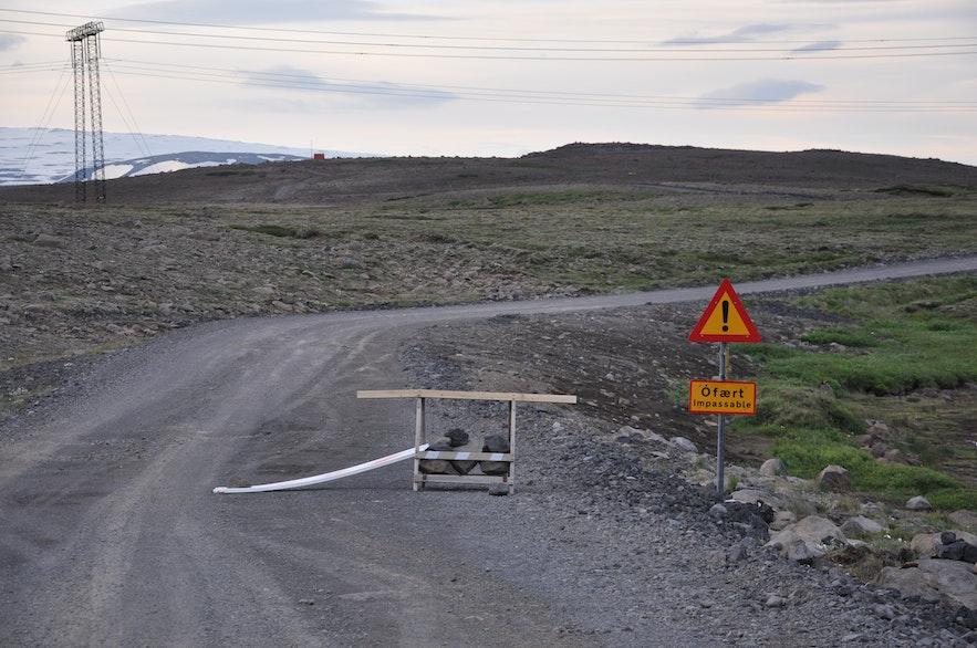 Barrière indiquant que la route est fermée en Islande