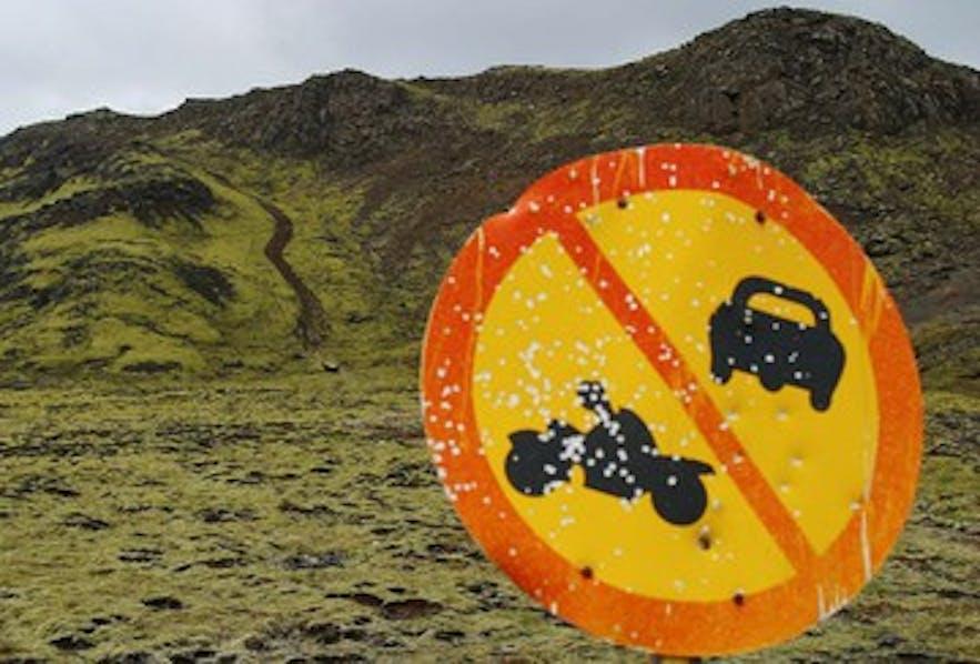Das Fahren abseits der Straßen schädigt die isländische Natur