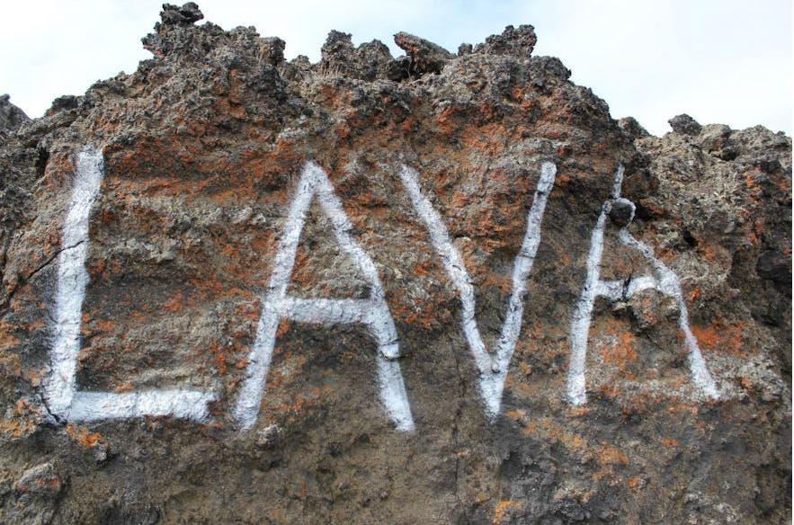 Le mot 'lava' en graffiti sur de la lave séchée