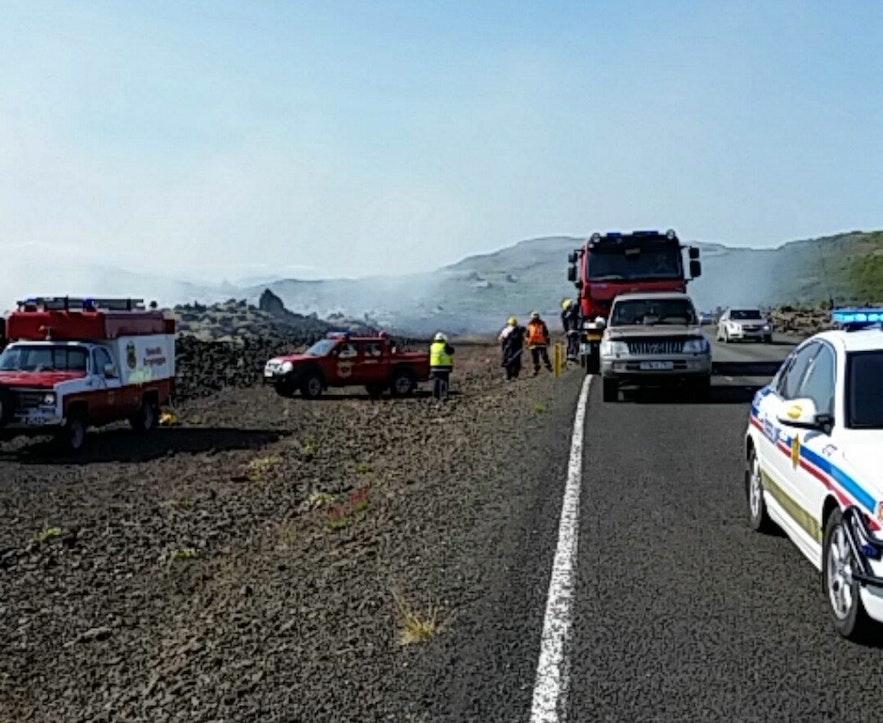 警察和消防员在冰岛的苔藓地上灭火