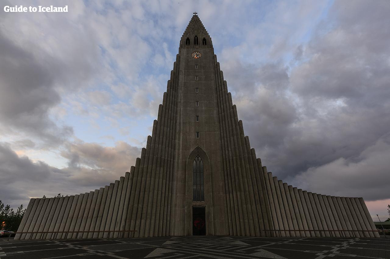Die Hallgrimskirkja-Kirche ist eines der auffälligsten Gebäude in der Skyline von Reykjavik.