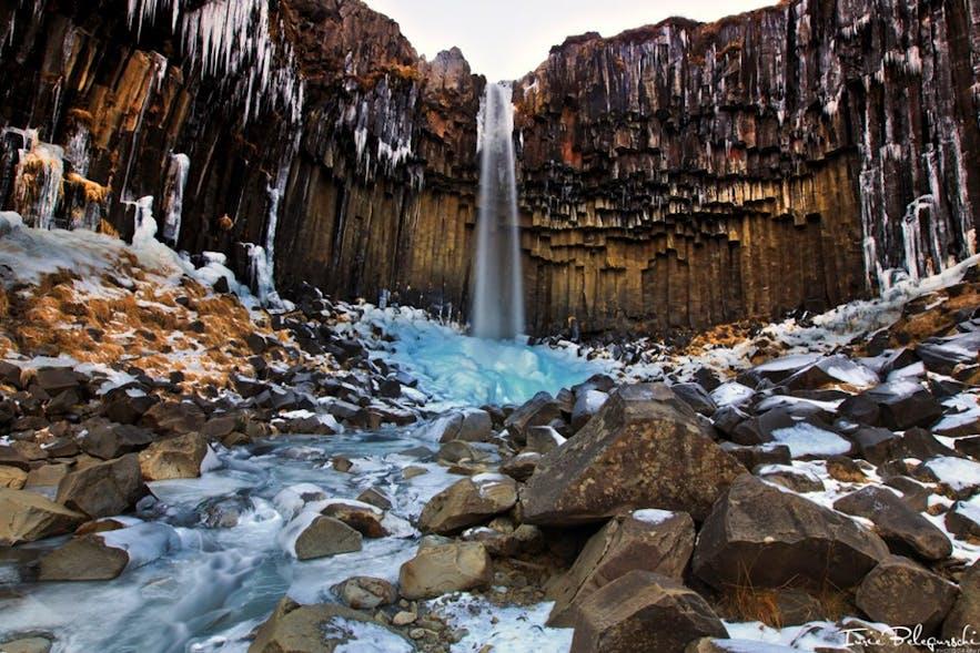 冬の姿が美しい南海岸にあるスヴァルティフォスの滝