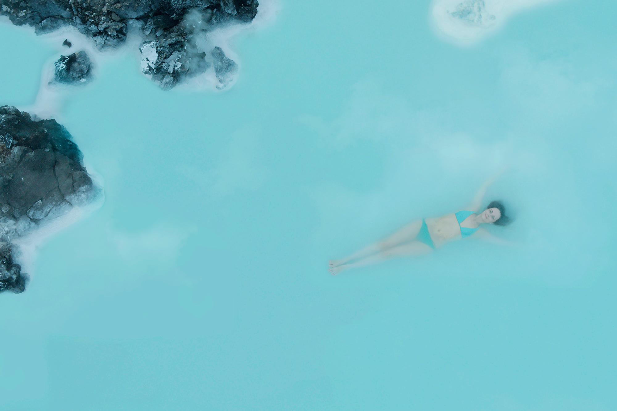 在冰岛蓝湖温泉富含矿物质的泉水中,洗去旅途的疲惫