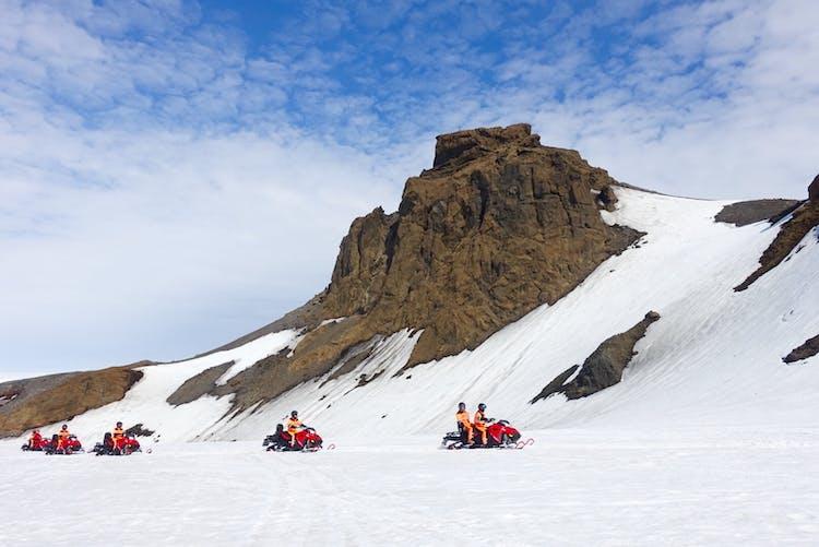 Questa avventura invernale di 4 giorni ti porta in motoslitta attraverso Langjökull, il secondo ghiacciaio più grande d'Islanda.