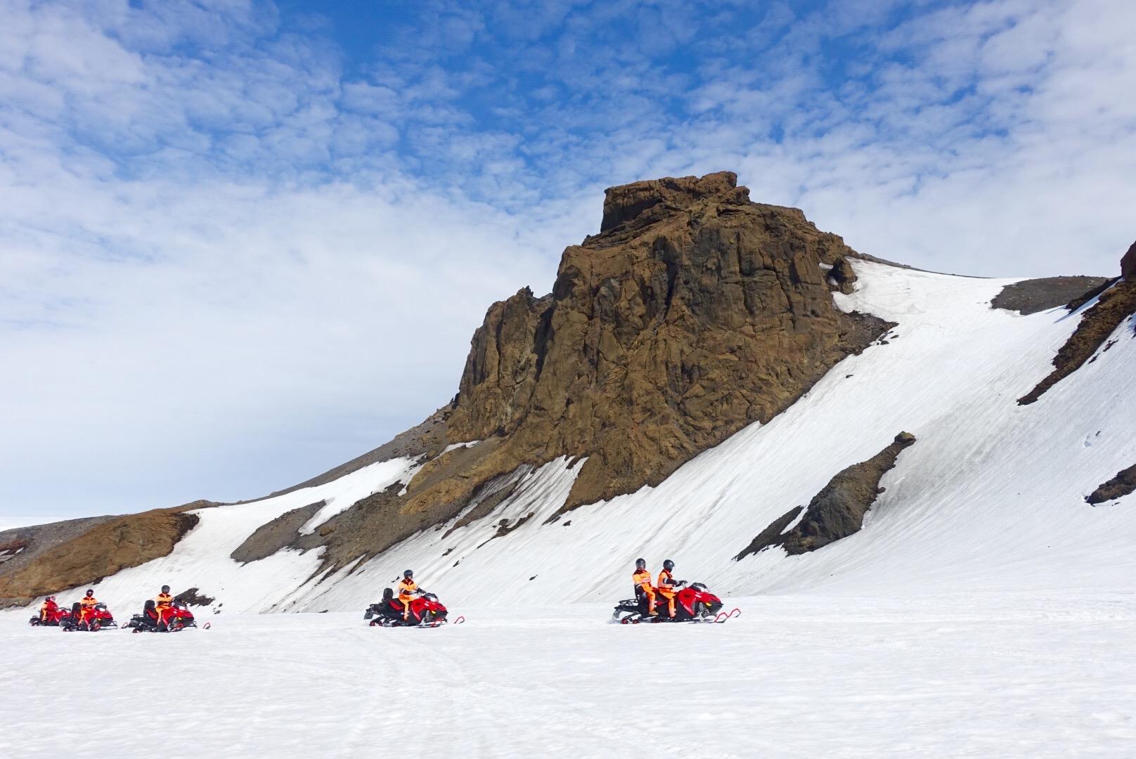 Ta 4-dniowa zimowa wycieczka po Islandii zabierze Cię w skutery śnieżne przez Langjökull, drugi co do wielkości lodowiec na wyspie.