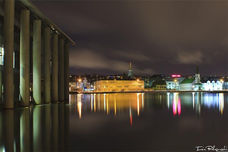 チョルトニン湖に映るレイキャビク市の夜景
