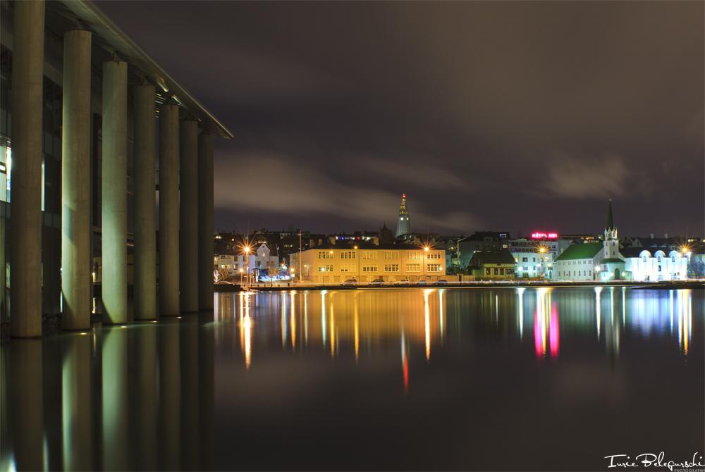 Passeggia nei pressi del lago Tjörnin, nel centro di Reykjavík, per una vista mozzafiato della città.