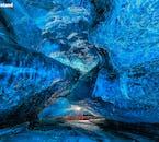 Vous serez ébloui par les magnifiques nuances de bleu à l'intérieur des grottes de glace d'Islande.