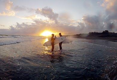 Surf-Kurs in Südisland   Lerne die Grundlagen im Arktis-Surfen