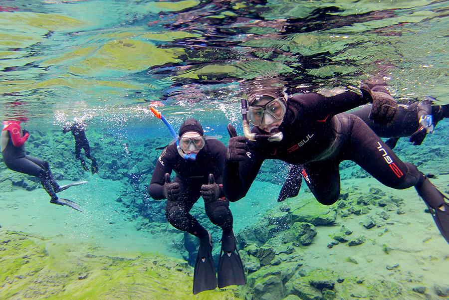 """E' possibile scattare fotografie sott'acqua, assicurati che la tua fotocamera sia attaccata alla tuta. Silfra è a volte conosciuta come """"il cimitero delle GoPro""""."""
