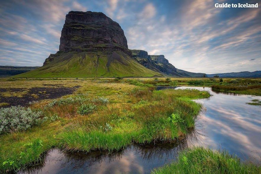 아이슬란드를 렌트카로 여행하는 관광객이 아주 많습니다.