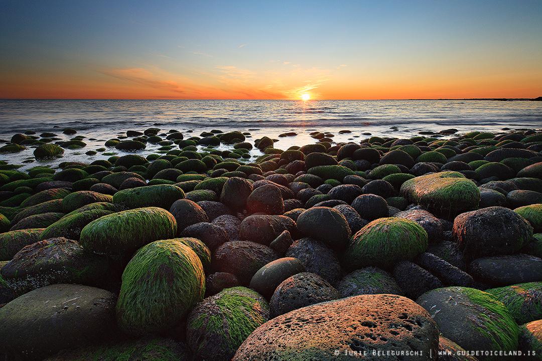 冰岛的海湾沐浴在夏季温柔的午夜阳光之中