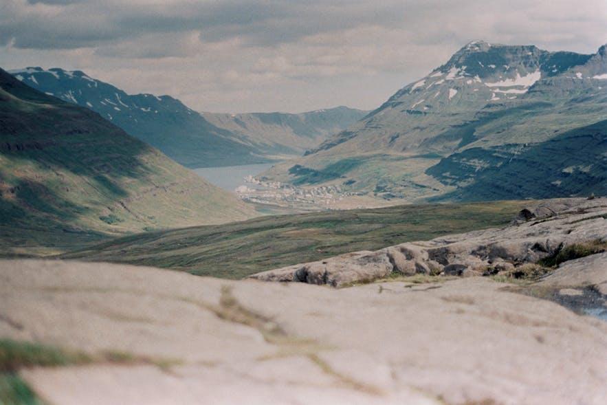 Blick in den Seyðisfjord in Ostisland