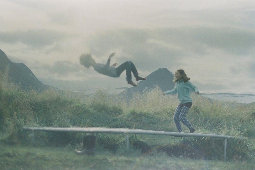 Elfen im Alltag – oder springende Kinder auf einem Trampolin?