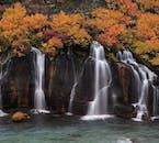 Le meravigliose cascate di Hraunfossar, che sussurrano nell'abbraccio dell'autunno.