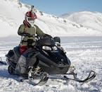 アイスランドの中央高原をスノーモービルで走り抜ける