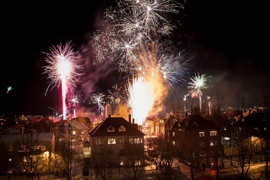 Vuurwerk in Reykjavík op oudejaarsavond, foto door Jonathan Hood