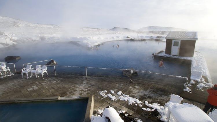 アイスランド北部のミーヴァトン・ネイチャーバスは広々とした空のもとゆっくりとくつろげる露天温泉だ