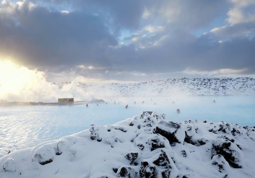 冬季的冰岛蓝湖被白雪包围