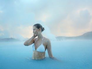 冰岛蓝湖的蔚蓝色泉水富含矿物质,具有极强的修护功能
