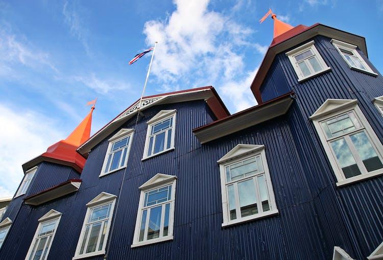 Akureyri, la capitale settentrionale dell'Islanda, è piena di affascinanti architetture nordiche.
