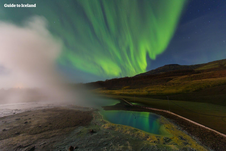 冰岛黄金圈间歇泉极光