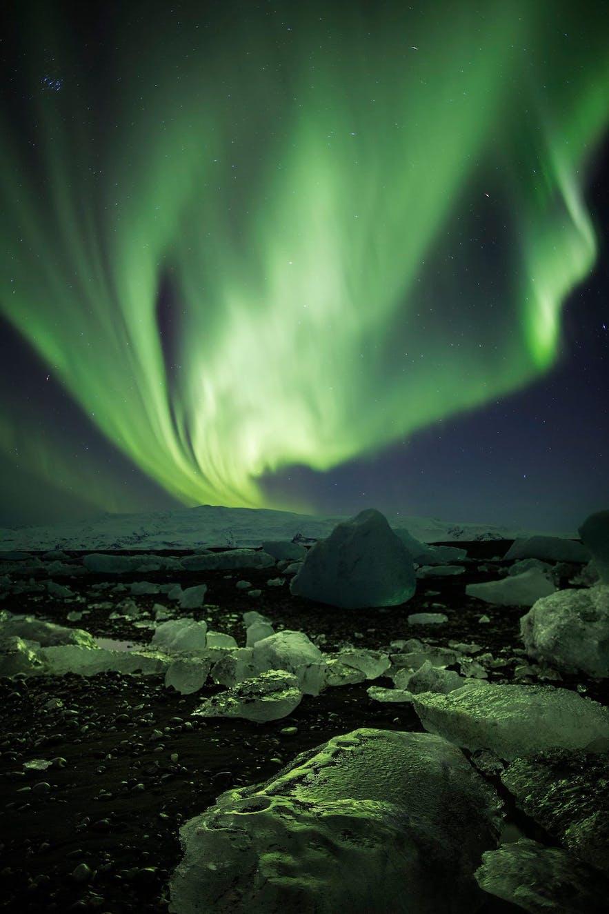 有冰反射的冰岛极光摄影作品
