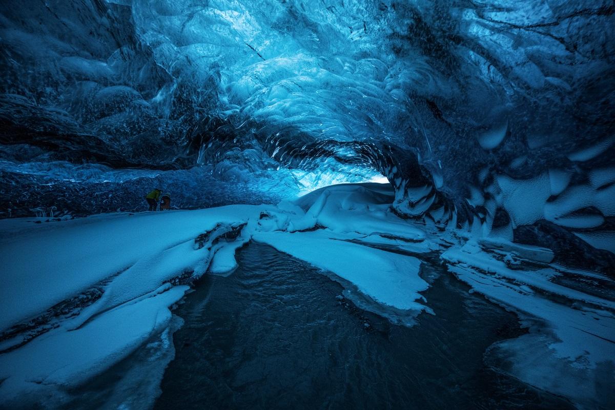 瓦特纳冰川中的蓝冰洞是冰岛冬季最美艳的冬色