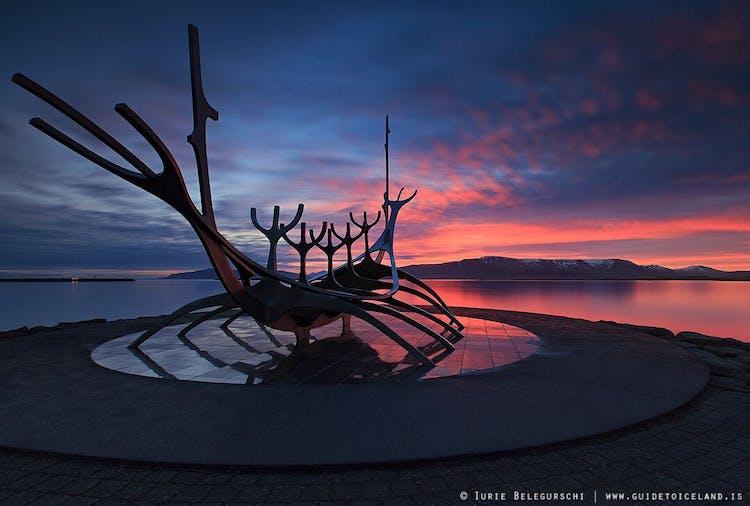 เรคยาวิกเป็นเมืองแห่งศิลปะและประติมากรรม รูปปั้นพระอาทิตย์นักเดินทางถือเป็นชิ้นที่มีชื่อเสียงที่สุด