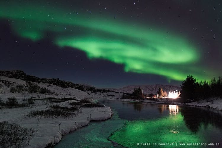 アイスランド西南部の小さな村は街の光害が少なく、オーロラ観察に最適なスポット