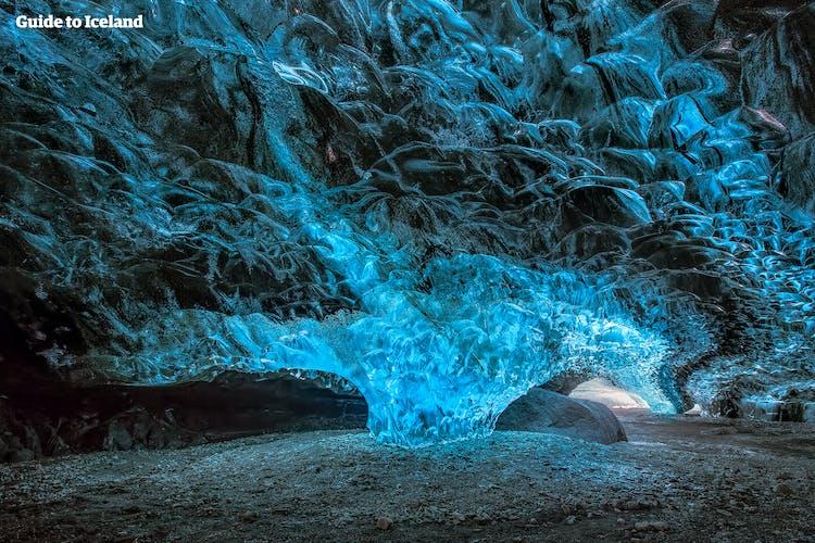 スーパーブルーとも呼ばれるアイスランドの氷の洞窟に入り内部を探検しながらガイドから氷河や洞窟のでき方について説明がある