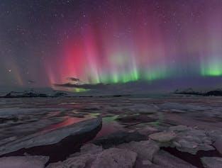 แสงเหนือเติมเต็มทั้งท้องฟ้าและย้อมสีให้กับบริเวณรอบๆโดยเฉพาะที่อยู่เหนือทะเลสาบโจกุลซาลอน