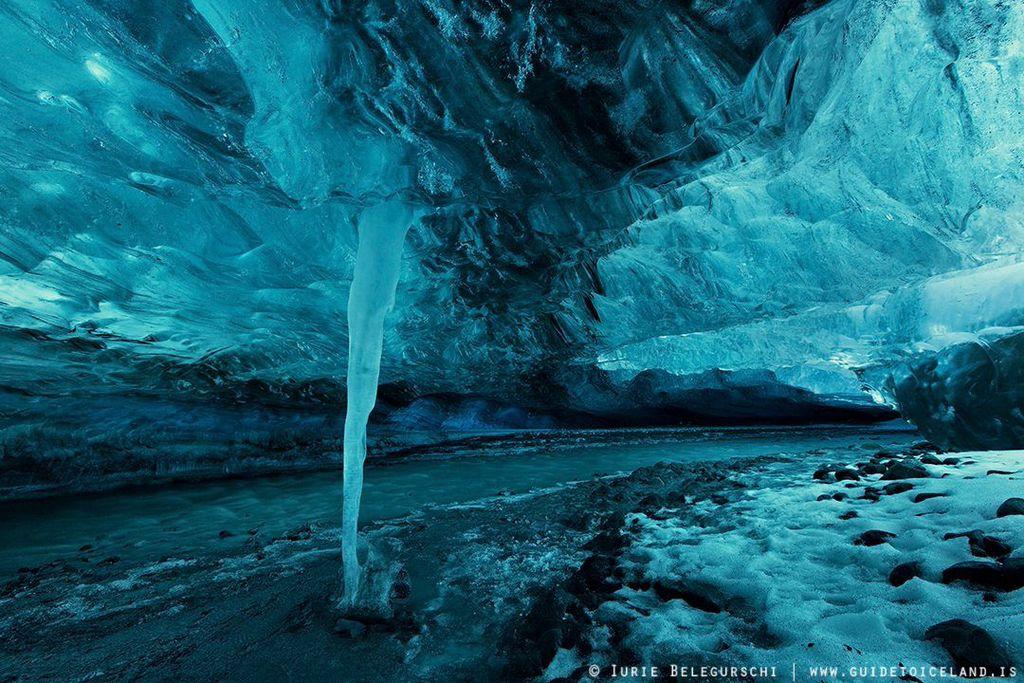 Podczas samodzielnej wycieczki objazdowej dookoła Islandii jedź na południowe wybrzeże do Parku Narodowego Vantajökull, gdzie można wybrać się na wycieczkę do autentycznej lodowej jaskini.