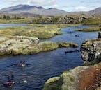 Restez derrière votre guide lors de la plongée en apnée dans la fissure de Silfra dans le parc national de Þingvellir.