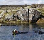 大陸プレートの裂け目を泳ぐという珍しい経験ができるシルフラの泉でのシュノーケリング