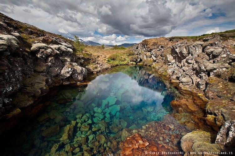 El Parque Nacional de Þingvellir es popular por su geología e historia, pero también para los practicantes de snorkel en la grieta de Silfra.